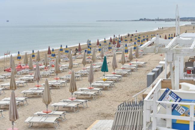 gente-in-spiaggia-ombrelloni-lungomare-porto-potenza-picena-ppp-FDM-1-650x434