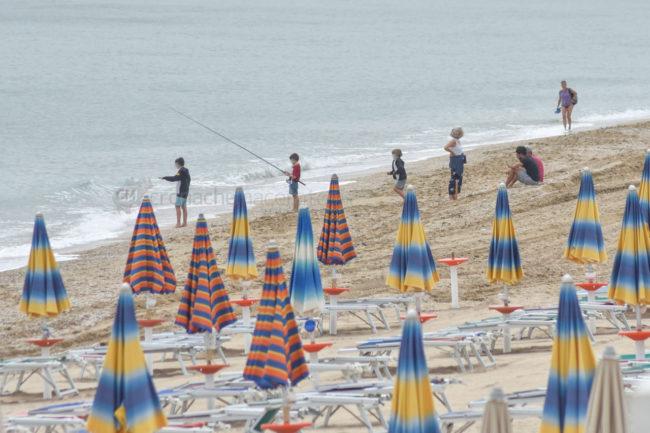 gente-in-spiaggia-ombrelloni-lungomare-porto-potenza-picena-ppp-FDM-2-650x433