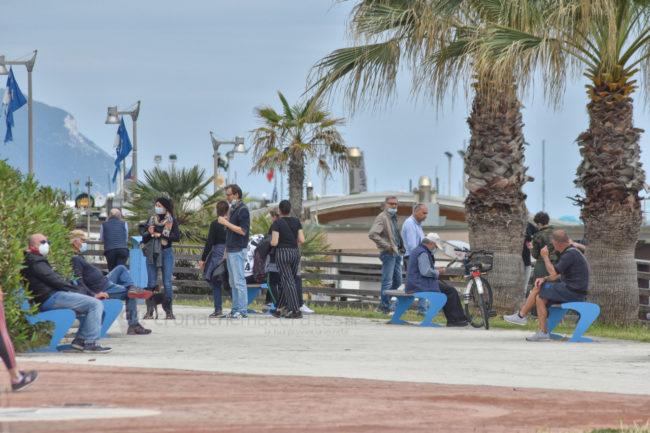 gente-in-spiaggia-ombrelloni-lungomare-porto-potenza-picena-ppp-FDM-3-650x433