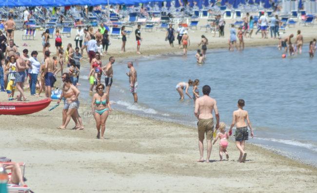 2-giugno-spiaggia-e-lungomare-nord-estate-civitanova-FDM-3-650x397