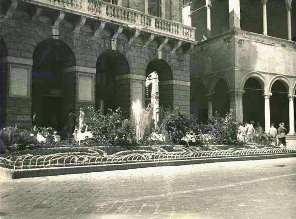 FONTANA-DI-PIAZZA-1950-55-CON-VERDE-ORNAMENTALE