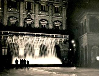 La-fontana-di-Piazza-del-1952-55-illuminata-di-notte-325x252