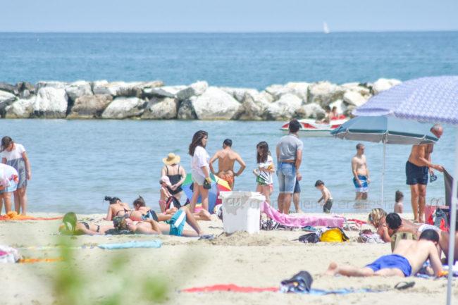estate-al-mare-spiaggia-bagnanti-lungomare-centro-civitanova-FDM-2-650x433
