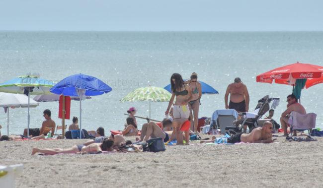 estate-bagnanti-al-mere-spiaggia-lungomare-civitanova-FDM-1-650x379