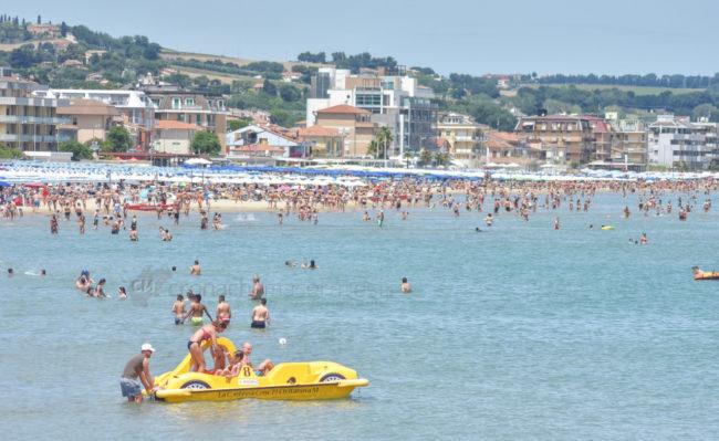 estate-bagnanti-al-mere-spiaggia-lungomare-civitanova-FDM-11-650x399