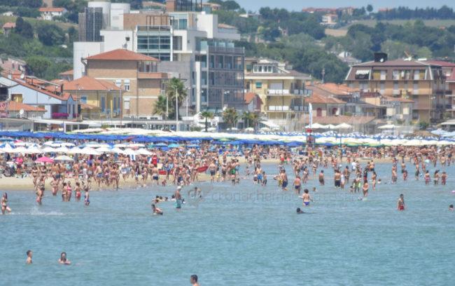 estate-bagnanti-al-mere-spiaggia-lungomare-civitanova-FDM-12-650x408