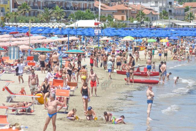 estate-bagnanti-al-mere-spiaggia-lungomare-civitanova-FDM-13-650x434