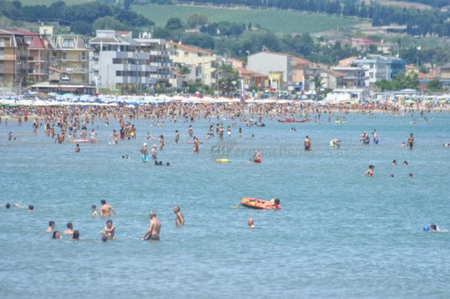 estate-bagnanti-al-mere-spiaggia-lungomare-civitanova-FDM-14-650x433