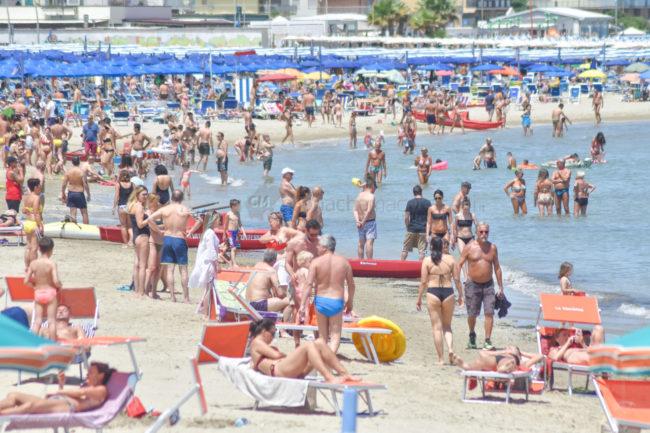 estate-bagnanti-al-mere-spiaggia-lungomare-civitanova-FDM-15-650x433