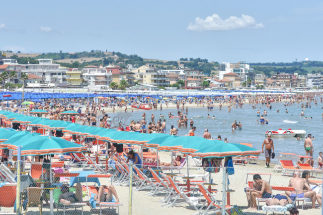 estate-bagnanti-al-mere-spiaggia-lungomare-civitanova-FDM-16-650x434