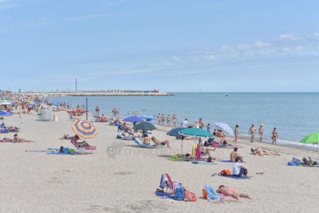 estate-bagnanti-al-mere-spiaggia-lungomare-civitanova-FDM-2-650x434