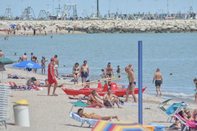 estate-bagnanti-al-mere-spiaggia-lungomare-civitanova-FDM-3-650x433