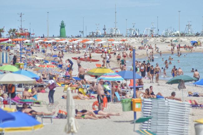 estate-bagnanti-al-mere-spiaggia-lungomare-civitanova-FDM-4-650x433