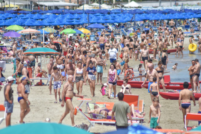 estate-bagnanti-al-mere-spiaggia-lungomare-civitanova-FDM-6-650x433
