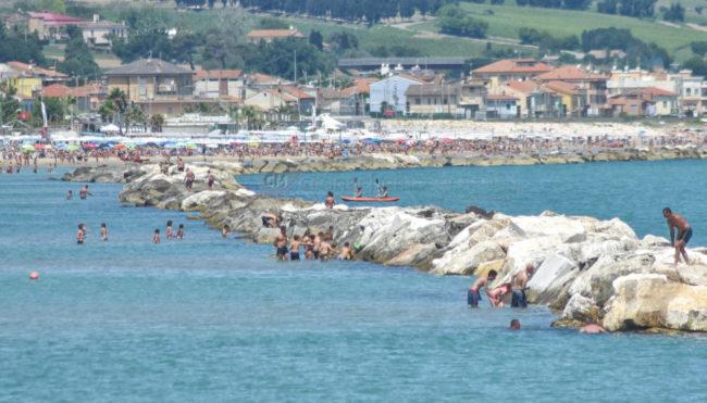 estate-bagnanti-al-mere-spiaggia-lungomare-civitanova-FDM-7-650x371