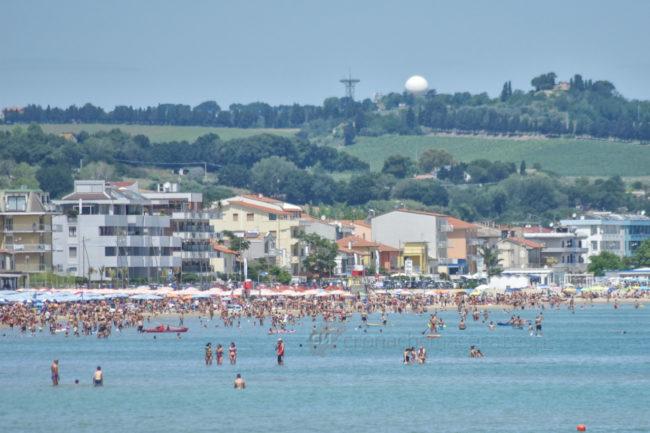 estate-bagnanti-al-mere-spiaggia-lungomare-civitanova-FDM-8-650x433
