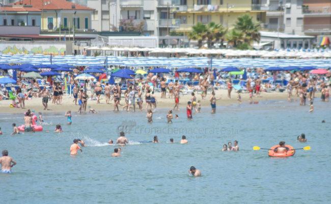 estate-bagnanti-al-mere-spiaggia-lungomare-civitanova-FDM-9-650x400