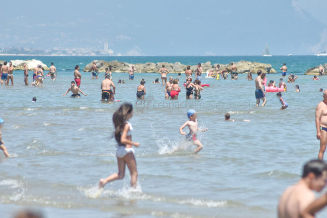 estate-spiaggia-affollata-lungomare-nord-civitanova-FDM-1-650x433