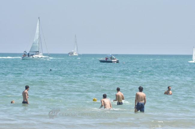 estate-spiaggia-affollata-lungomare-nord-civitanova-FDM-10-650x433