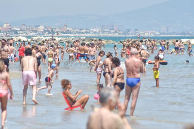 estate-spiaggia-affollata-lungomare-nord-civitanova-FDM-2-650x433