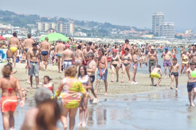 estate-spiaggia-affollata-lungomare-nord-civitanova-FDM-3-650x433