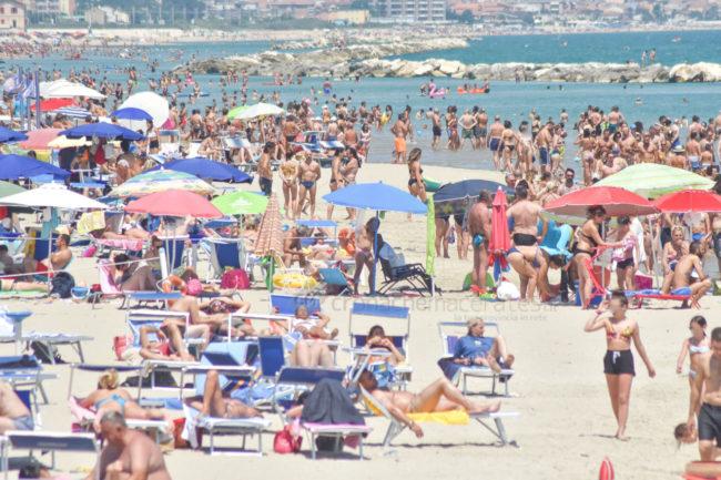 estate-spiaggia-affollata-lungomare-nord-civitanova-FDM-4-650x433