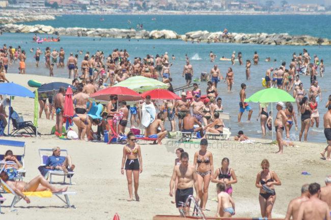 estate-spiaggia-affollata-lungomare-nord-civitanova-FDM-5-650x433