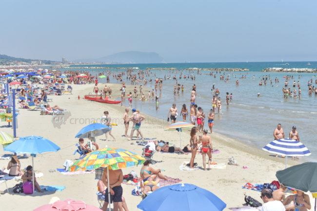 estate-spiaggia-affollata-lungomare-nord-civitanova-FDM-8-650x434