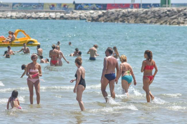 estate-spiaggia-affollata-lungomare-nord-civitanova-FDM-9-650x433