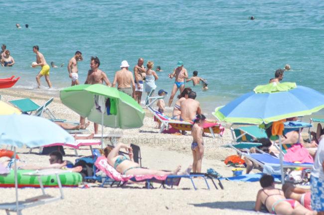 estate-spiaggia-affollata-lungomare-sud-civitanova-FDM-2-650x433