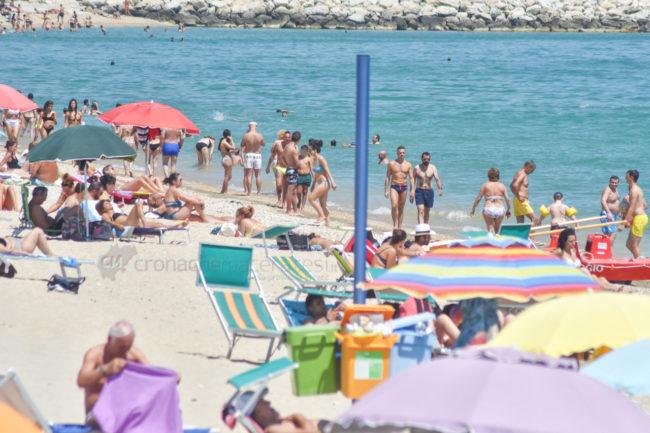 estate-spiaggia-affollata-lungomare-sud-civitanova-FDM-3-650x433