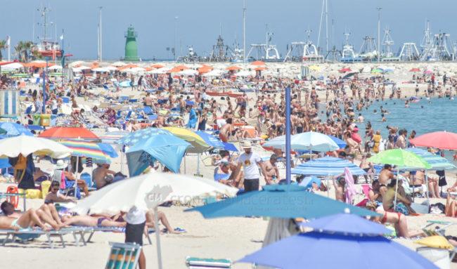 estate-spiaggia-affollata-lungomare-sud-civitanova-FDM-4-650x383