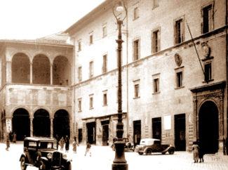 piazza-Umberto-I-poi-della-Libertà-con-i-lampioni-fine-ottocento-primi-900-325x242