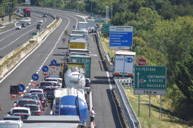 coda-traffico-autostrada-a14-uscita-civitanova-FDM-3-650x433
