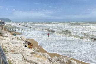 mareggiate-mare-spiaggia-scossicci-porto-recanati-FDM-11-325x218
