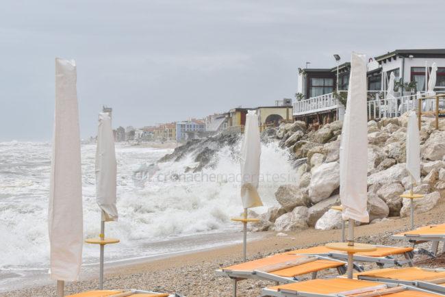 mareggiate-mare-spiaggia-scossicci-porto-recanati-FDM-3-650x434