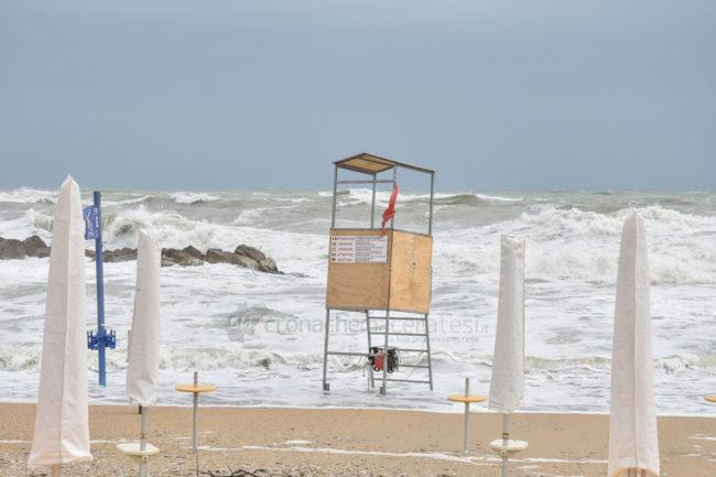 mareggiate-mare-spiaggia-scossicci-porto-recanati-FDM-6-650x433