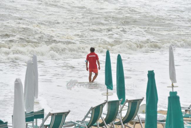 mareggiate-mare-spiaggia-scossicci-porto-recanati-FDM-7-650x434