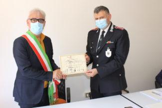 sindaco-consegna-encomio-al-comando-tremite-Doria
