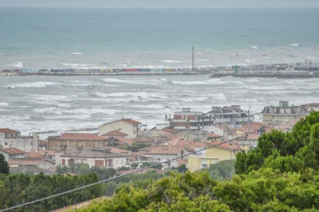 vista-panoramica-mare-mosso-mareggiate-porto-civitanova-FDM-2-650x433