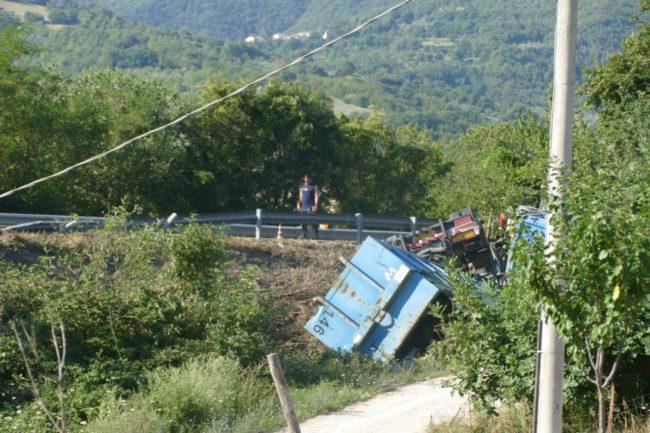 camion-ribaltato-serrapetrona-caccamo-5-650x433