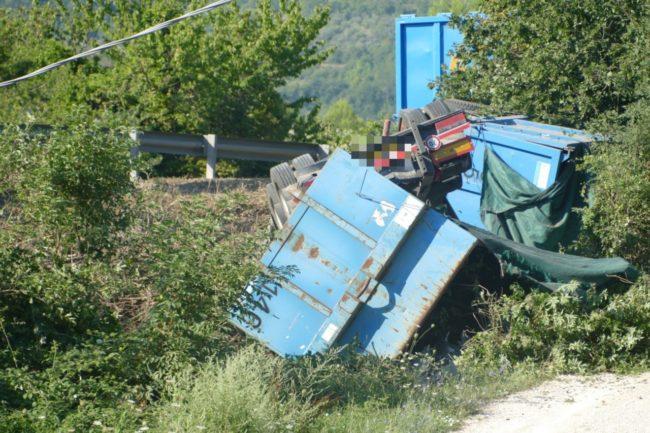camion-ribaltato-serrapetrona-caccamo-6-650x433