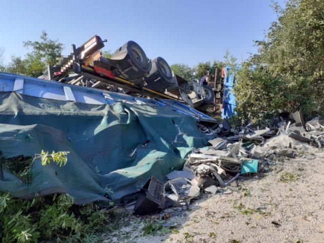camion-ribaltato-serrapetrona-caccamo-9-650x488