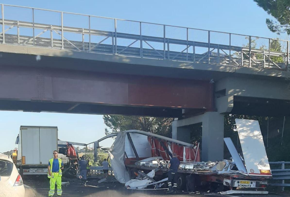 Incidente in A14 tra due tir e un'auto, due feriti trasportati a Torrette