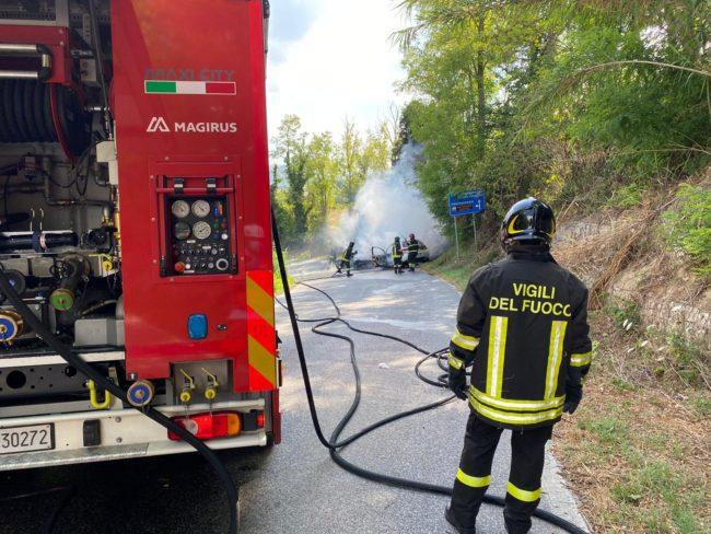 incidente-mogliano-auto-a-fuoco-1-650x488