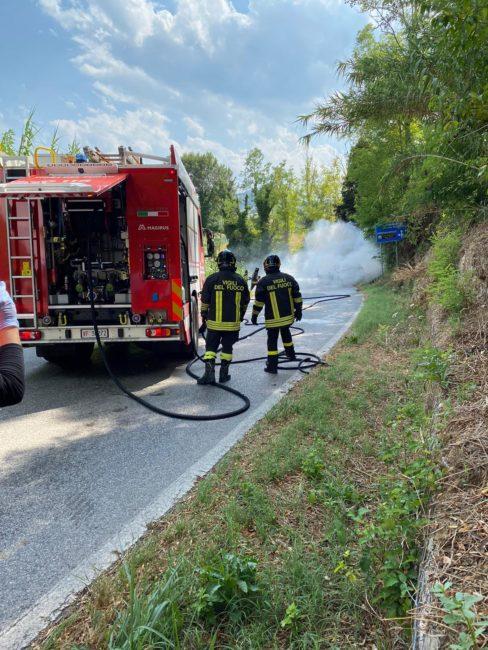 incidente-mogliano-auto-a-fuoco-2-488x650