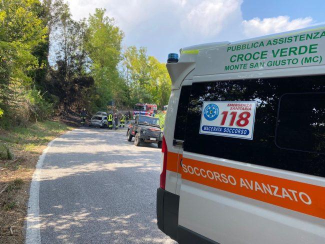 incidente-mogliano-auto-a-fuoco-3-650x488