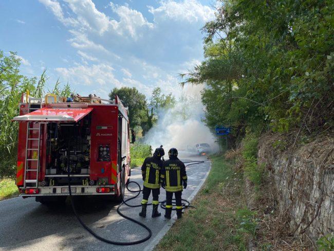 incidente-mogliano-auto-a-fuoco-5-650x488