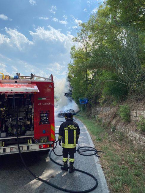 incidente-mogliano-auto-a-fuoco-6-488x650