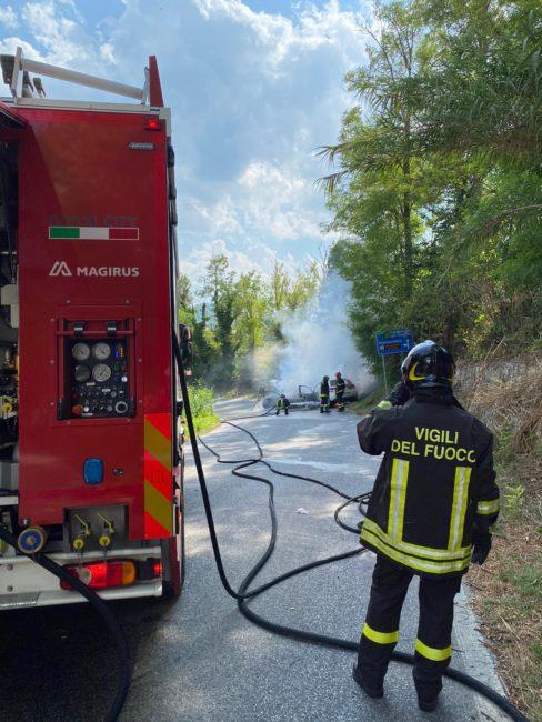 incidente-mogliano-auto-a-fuoco-7-488x650